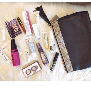 Delux makeup samples with travel bag.         (sW)